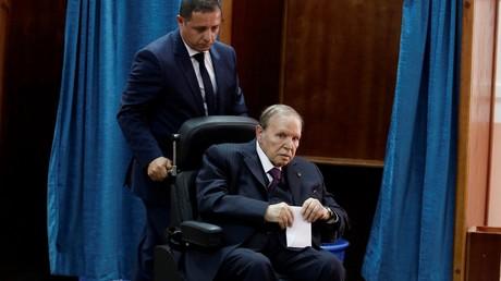 Le président algérien Abdelaziz Bouteflika vote lors des élections législatives, le 4 mai 2017.