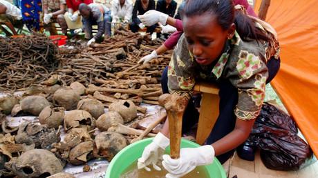 Une Rwandaise nettoyant des os découverts dans une charnier à Nyamirambo près de Kigali en avril 2004 (image d'illustration).