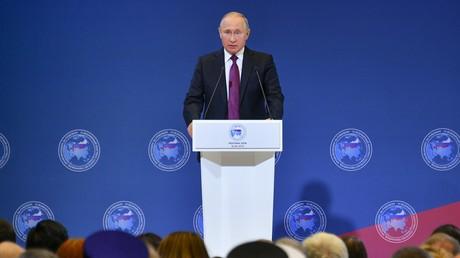 Face à des pressions croissantes, Poutine s'engage à défendre les Russes partout dans le monde