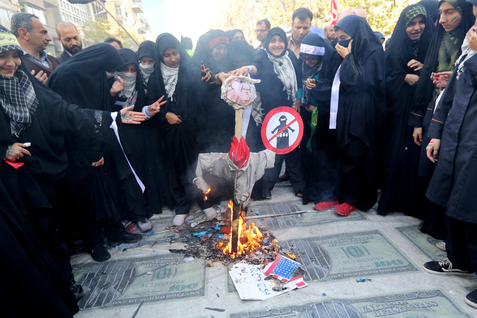 Dollars et effigies de Trump brûlés à Téhéran pour protester contre le retour des sanctions (IMAGES)