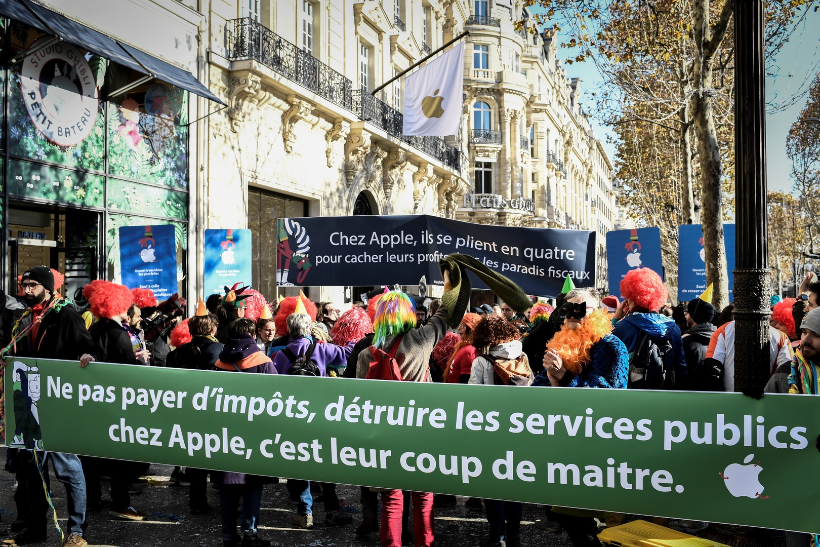 High tech: Manifestation à Paris contre Apple,