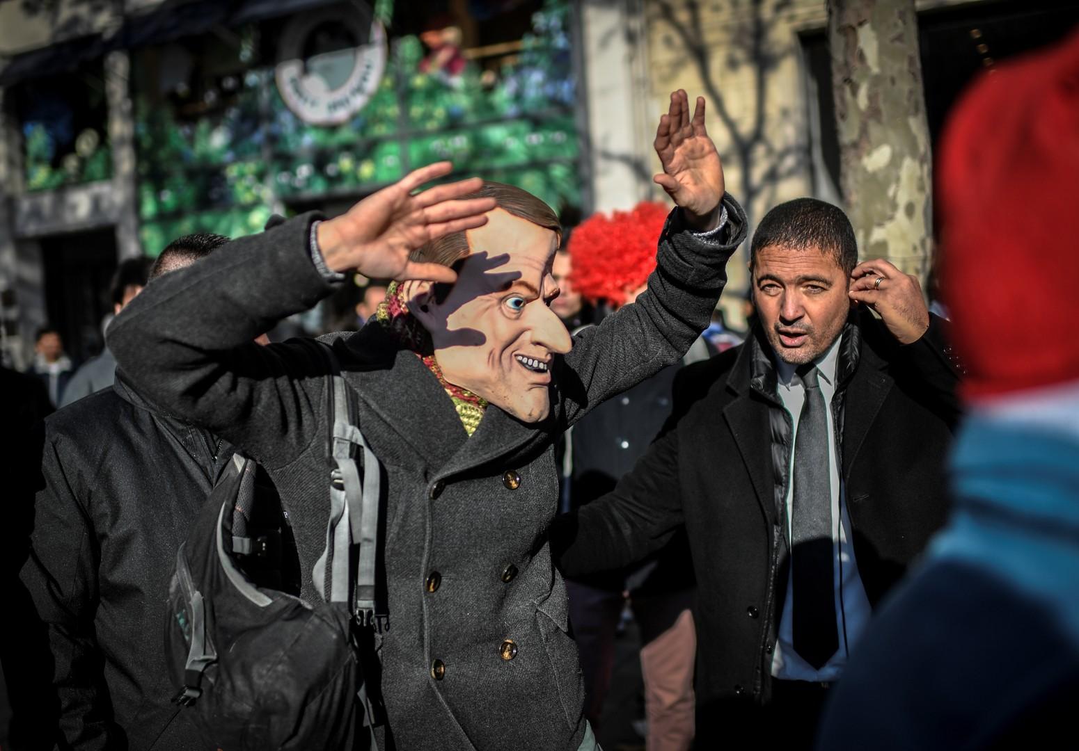 «Paye tes impôts !» : Attac «fête» l'inauguration de l'Apple Store des Champs-Elysées (IMAGES)
