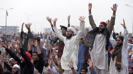Les partisans du Tehreek-e-Labaik Pakistan (TLP), un parti politique religieux radical, scandent des slogans lors d'une manifestation à la suite de la décision de la Cour suprême d'acquitter la chrétienne Asia Bibi, à Islamabad, le 1er novembre 2018.