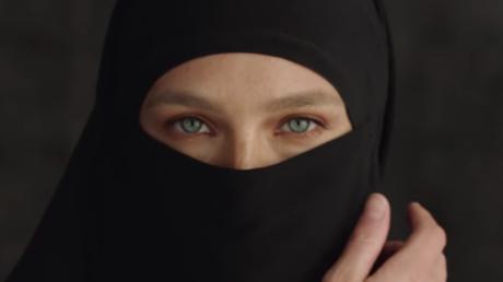 L'actrice israélienne Bar Refaeli retire son niqab dans une publicité pour une marque de vêtements.