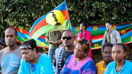 Kanak brandissant un drapeau du parti séparatiste FLNKS à Nouméa en mai 2018