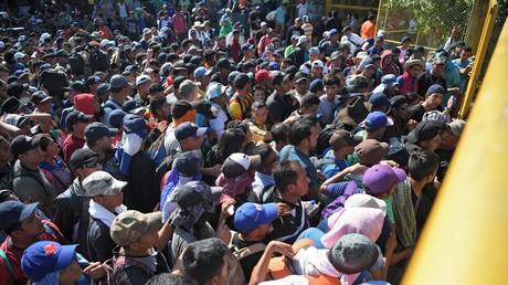Migrants du Salvador souhaitant entrer à la frontière entre le Guatemala et le Mexique le 2 novembre 2018.