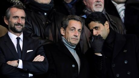 Nicolas Sarkozy entouré du directeur général délégué du PSG Jean-Claude Blanc et du président du club Nasser Al-Khelaïfi