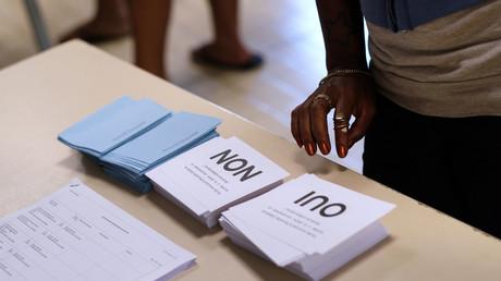 Un électeur dans un bureau de vote de Nouméa lors du référendum sur l'indépendance de la Nouvelle-Calédonie, le 4 novembre 2018.