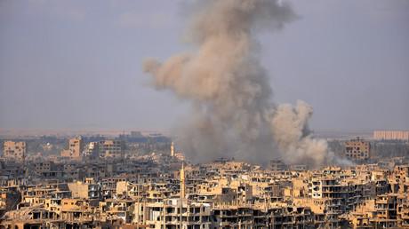 Un panache de fumée se dégage de la ville syrienne de Deir-ez-Zor, le 2 novembre 2017 (image d'illustration).