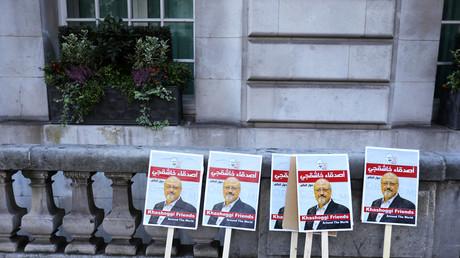 Des pancartes à l'effigie de Jamal Khashoggi devant l'ambassade saoudienne à Londres