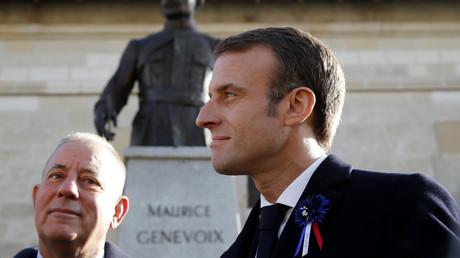 Emmanuel Macron devant un buste de l'écrivain français Maurice Genevoix (1890-1980) aux Éparges, dans l'est de la France, le 6 novembre 2018 (image d'illustration).