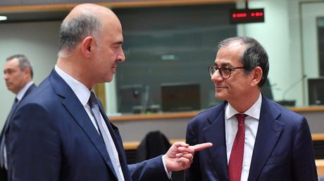 Le commissaire européen chargé des Affaires économiques et financières, Pierre Moscovici (g.) et le ministre italien des Finances, Giovanni Tria (d.) en pleine discussion lors de réunion des ministres des Finances de l'Eurogroupe, à Bruxelles, le 5 novembre 2018.