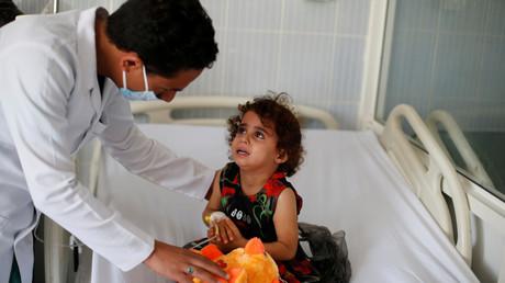 Un infirmier prend soin d'une fillette dans un hôpital au Yémen, le 21 octobre 2018.