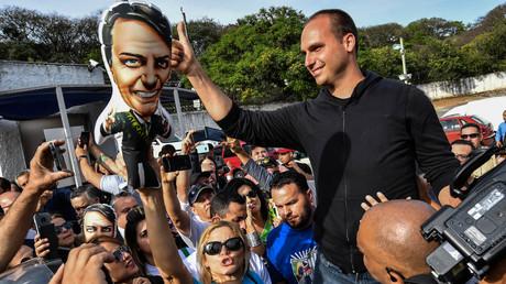 Brésil : des photos des fils de Bolsonaro en tee-shirt du Mossad et de Tsahal refont surface