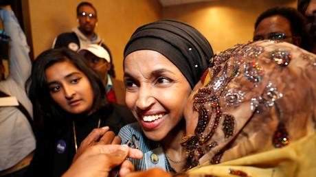 Elections américaines de mi-mandat : la démocrate de Minneapolis, Ilhan Omar, célèbre sa victoire avec ses proches.