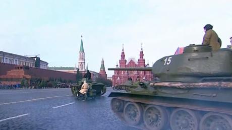 L'armée rouge sous les murs du Kremlin: Moscou commémore le 77e anniversaire du défilé historique