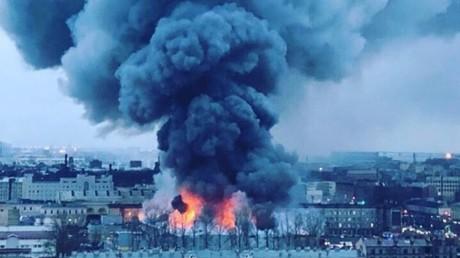 Un centre commercial a pris feu à Saint-Pétersbourg, le 10 novembre 2018.
