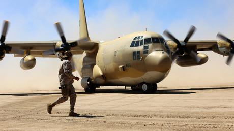 Des soldats saoudiens montent la garde alors qu'un avion cargo de l'armée de l'air saoudienne atterrit sur un aérodrome de la province centrale de Marib au Yémen le 8 février 2018 (image d'illustration).