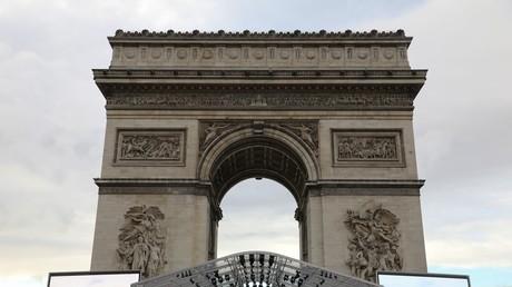 Un cérémonial militaire se tient le 11 novembre au pied de l'Arc de Triomphe à Paris, pour célébrer le centenaire de l'armistice.