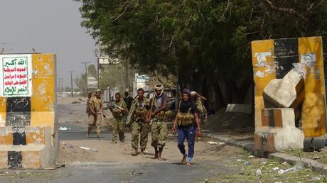Les forces pro-gouvernementales yéménites soutenues par l'Arabie saoudite se rassemblent dans la banlieue est de Hodeida alors qu'elles continuent à se battre pour le contrôle de la ville contre les rebelles houthis, le 10 novembre 2018.