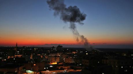 Tsahal rapporte qu'un bus israélien a été touché par une roquette et frappe Gaza