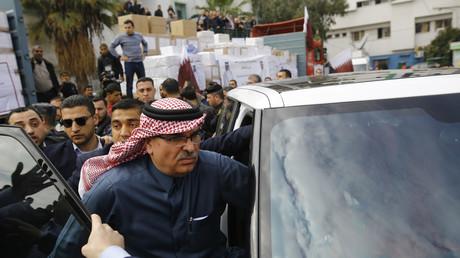 L'ambassadeur du Qatar à Gaza, Mohammed al-Emadi, après une conférence de presse à l'hôpital Dar al-Shifa de Gaza, après que le Qatar a signé un accord prévoyant l'octroi d'une aide humanitaire de 9 millions de dollars aux résidents de l'enclave palestinienne, le 19 février 2018.