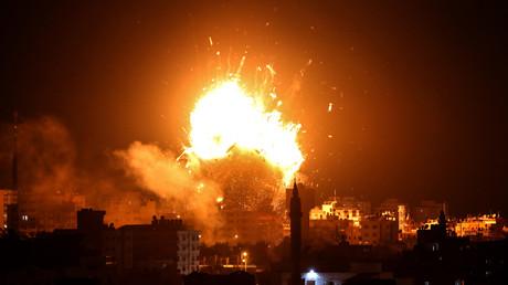 Une explosion se déclenche au-dessus du bâtiment abritant la chaîne de télévision al-Aqsa, située à Gaza et dirigée par le Hamas, après une frappe aérienne israélienne, le 12 novembre 2018.