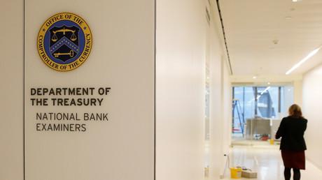 Logo du département du Trésor visible à l'intérieur de l'ambassade des Etats-Unis près de la Tamise à Londres, photographié le 13 décembre 2017 alors que le bâtiment est encore en travaux (photo d'illustration).