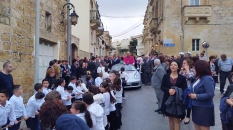 «Surréaliste» : des enfants tirent une Porsche et un curé à Malte (VIDEOS)