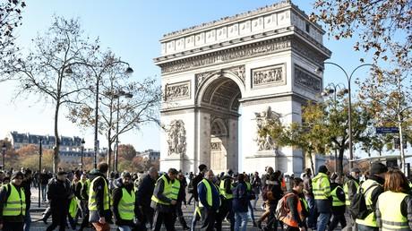 Tensions sur les Champs-Elysées : des «gilets jaunes» repoussés avec du gaz lacrymogène (VIDEOS)