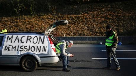 Deux gilets jaunes sont à l'arrêt sur une route proche de Caen, le 17 novembre (image d'illustration).