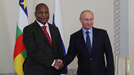 Le président russe Vladimir Poutine et le président de la République centrafricaine Faustin-Archange Touadera, le 23 mai 2018 à Saint Saint-Pétersbourg (image d'illustration).