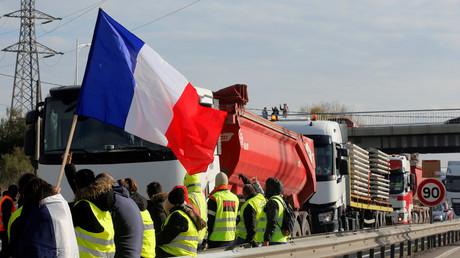 Des manifestants bloquent l'accès à un dépôt d'essence à Fos-sur-mer (Bouches-du-Rhône), 19 novembre (image d'illustration).
