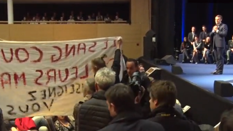 Emmanuel Macron interrompu par des manifestants le 20 novembre 2018 à l'Université de Louvain.