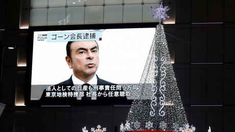Carlos Ghosn apparaît sur un écran géant dans une rue de Tokyo.