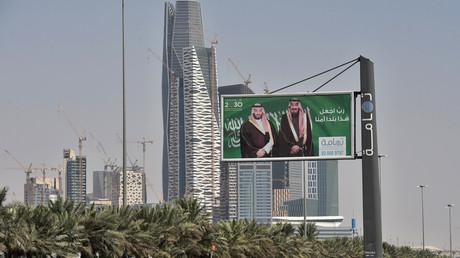 Des portraits du roi saoudien Salman (à droite) et de son fils, le prince héritier Mohammed ben Salmane (MBS) à Riyad le 20 octobre 2018.