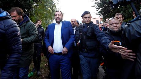 Le ministre italien de l'Intérieur, Matteo Salvini, se présente après que la police a confisqué une villa construite illégalement par une famille présumée de la mafia à Rome, le 20 novembre 2018.