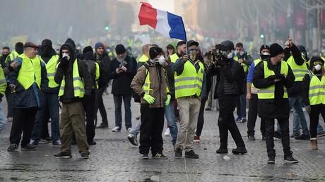 Des Gilets jaunes manifestent sur l'avenue des Champs-Elysées à Paris, le 24 novembre 2018.