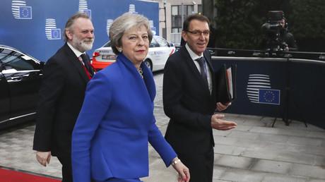 Le Premier ministre britannique Theresa May arrive pour une réunion extraordinaire du Conseil européen visant à approuver le projet d'accord de retrait du Brexit et le projet de déclaration politique sur les futures relations UE-Royaume-Uni, le 25 novembre 2018, à Bruxelles.