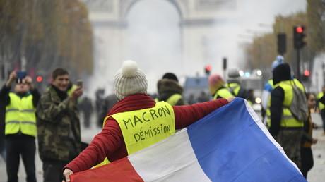 «Macron, démission !», «La police avec nous !» : au cœur du rassemblement des Gilets jaunes à Paris