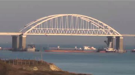Un navire russe déployé pour bloquer le détroit de Kertch après que trois navires ukrainiens ont violé l'espace maritime russe.