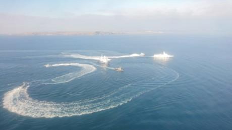 Trois navires de la marine ukrainienne et un navire de patrouille russe au large des côtes de Crimée le matin du 25 novembre 2018.