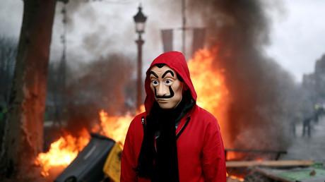 Un manifestant arbore un masque, à Paris le 24 novembre.