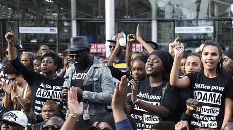 Des manifestants protestent contre la mort d'Adama Traoré le 30 juillet 2016, après une décision de justice refusant sa troisième autopsie.