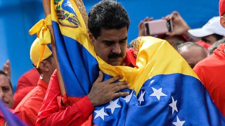 Le président vénézuélien Nicolas Maduro enlace le drapeau du Venezuela  lors de la clôture de la campagne pour l'élection d'une assemblée constituante à Caracas le 27 juillet 2017 (image d'illustration).