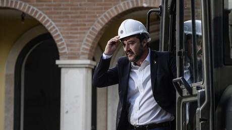 Au volant d'un bulldozer, Matteo Salvini détruit une villa appartenant à la mafia (VIDEO)
