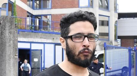 «Ma mère, la reine des p****, si je mens» : Jawad s'emporte, hurle et crache à son procès