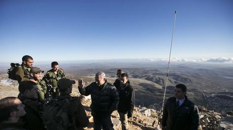 Le Premier ministre israélien Benjamin Netanyahou discute avec ses troupes sur le mont Hermon sur le plateau du Golan, en février 2015.
