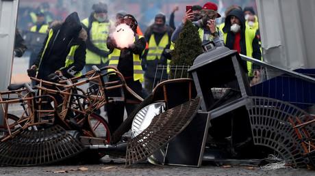Manifestation des Gilets jaunes du 1er décembre : faut-il fermer les Champs-Elysées ?
