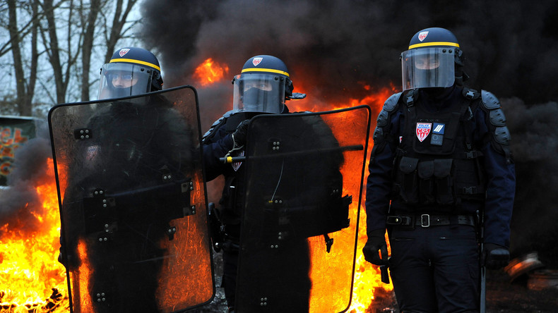 Pau : des policiers retirent leurs casques face aux Gilets jaunes sous les applaudissements (VIDEO)